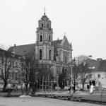 Vilniaus Visų Šventųjų bažnyčia fotografuota iš Geto aukų aikštės. Nuotrauka kairėje M. Sakalauskas XX a. II pusė – dešinėje M. Filistivič (2017 m.)