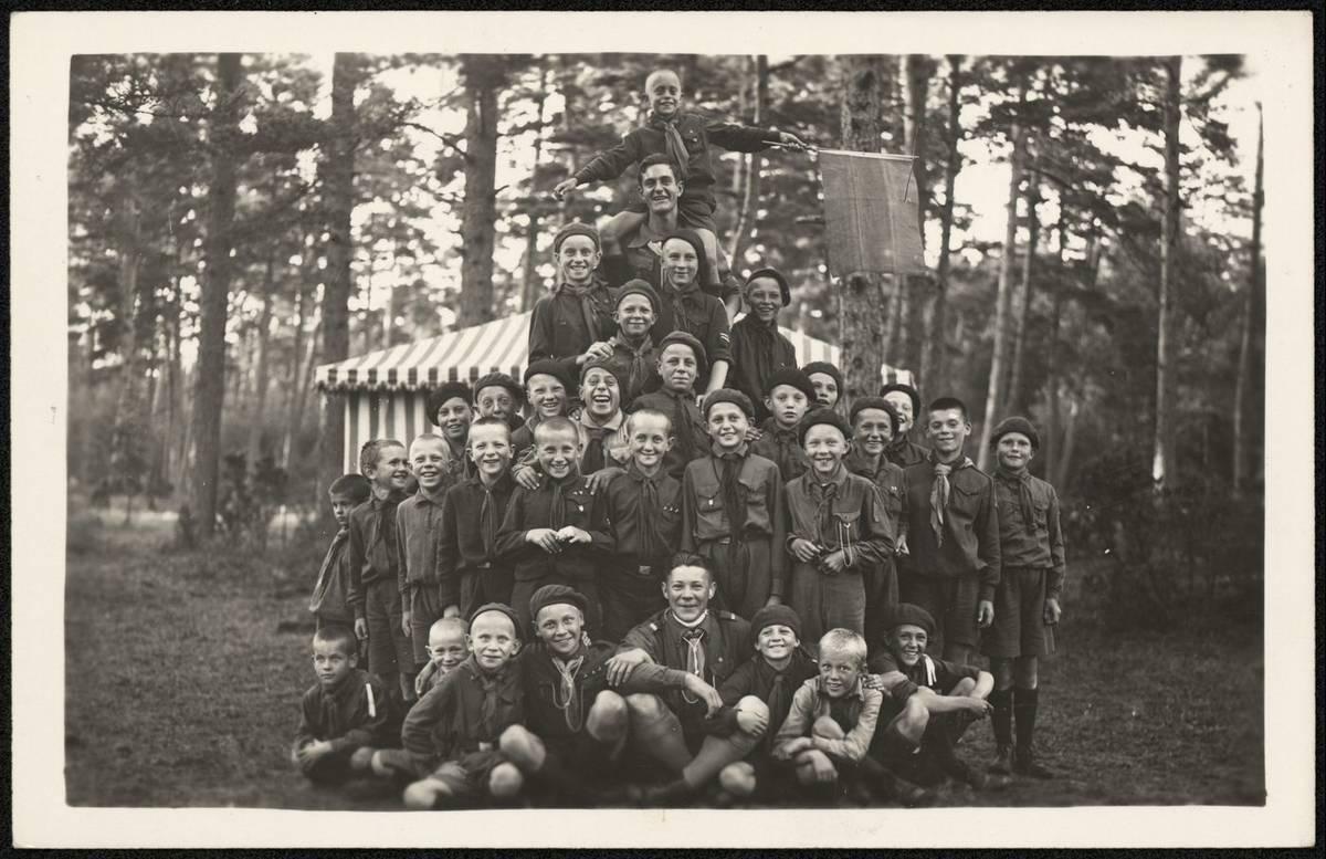 Jaunesnieji skautai vilkiukai stovykloje 1940 m. Saugotojas Nacionalinis M. K. Čiurlionio dailės muziejus